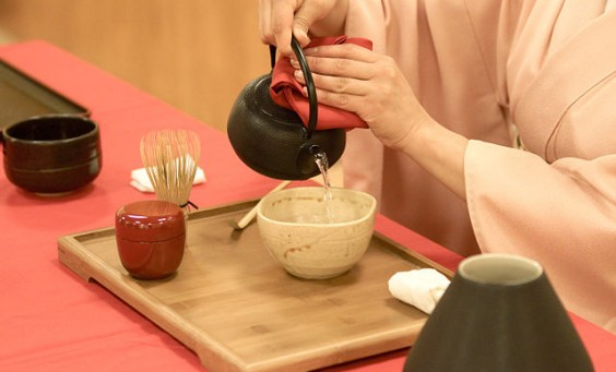Japanese_tea_ceremony-Wikimedia-Commons