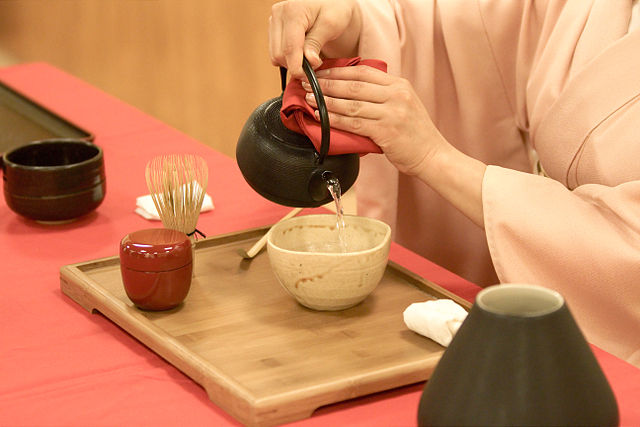 Japanese_tea_ceremony-Wikimedia-Commons