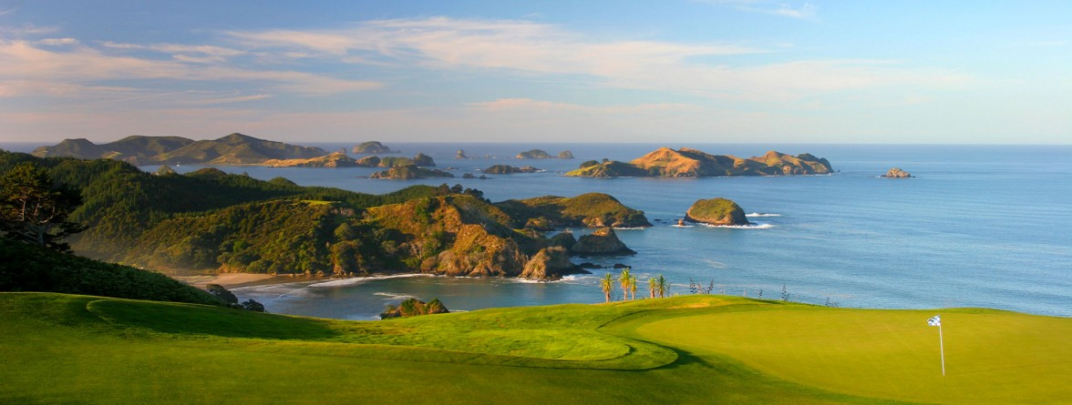 D178-hero-new-zealand-top-golf-course-kauri-cliffs-hole-16-with-cavalli-islands-2000x837