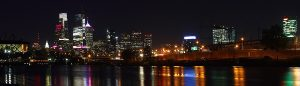 1200px-A595,_Philadelphia,_Pennsylvania,_United_States,_city_skyline_at_night_from_Boathouse_Row,_2017